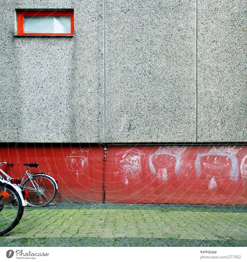 königskinder Fahrrad Kreide Beton Kinderzeichnung Farbfoto Außenaufnahme Kontrast Betonwand Betonbauweise Plattenbau Bildausschnitt Textfreiraum Mitte