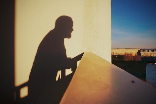 Über den Dingen Mann Erwachsene 1 Mensch 45-60 Jahre Himmel Horizont Bautzen Lausitz Deutschland Kleinstadt Stadtrand bevölkert Haus Plattenbau Mauer Wand