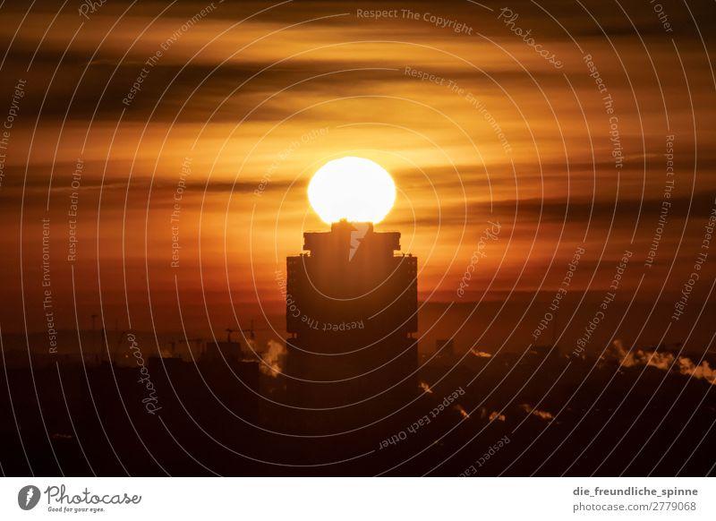Sonnenaufgang über Hochhaus Himmel Wolkenloser Himmel Horizont Sonnenuntergang Sonnenlicht Winter Schönes Wetter Berlin Deutschland Europa Stadt Hauptstadt