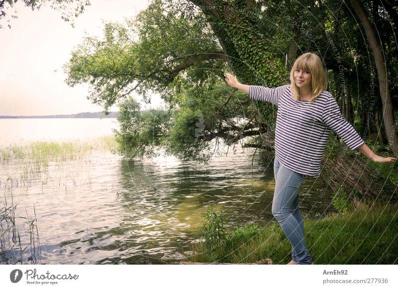 Uuuund Abflug.. Mensch Junge Frau Jugendliche 1 Natur Wasser Sommer Baum Seeufer Fröhlichkeit Farbfoto Außenaufnahme Tag Zentralperspektive Ganzkörperaufnahme