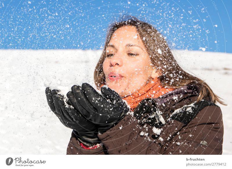 Frau pustet Schnee von ihren Händen Erwachsene Gesicht Hand Finger 1 Mensch Winter Mantel Schal Fröhlichkeit Freude Zufriedenheit Lebensfreude Sympathie