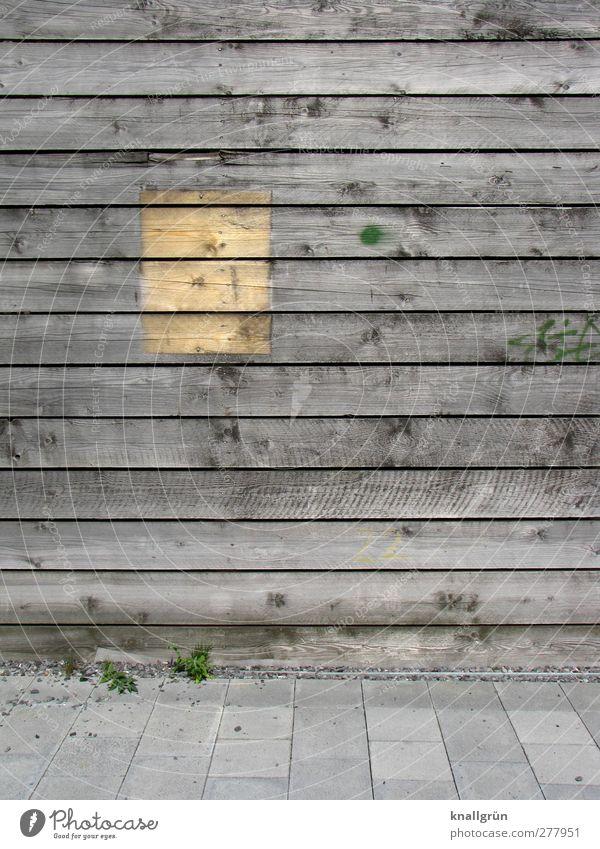 Vergangenheit Holzwand alt eckig braun grau Bodenplatten Rechteck Astloch Farbfoto Gedeckte Farben Außenaufnahme Menschenleer Textfreiraum rechts