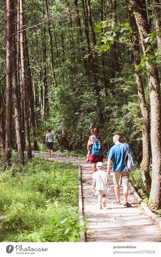 Frau Kind Ferien & Urlaub & Reisen Natur Mann Sommer grün Wald Lifestyle Erwachsene Wärme natürlich Wege & Pfade Familie & Verwandtschaft Junge Ausflug