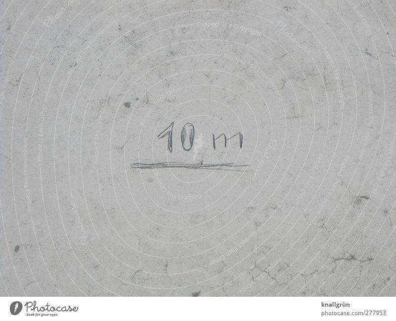 10 m Mauer Wand Fassade Betonwand Schriftzeichen Kommunizieren grau weiß Genauigkeit Präzision Maßeinheit Längenmaß Farbfoto Gedeckte Farben Außenaufnahme