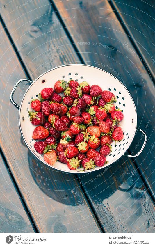 Natur Sommer rot Holz natürlich Frucht frisch Tisch lecker Vegetarische Ernährung Schalen & Schüsseln reif rustikal Erdbeeren Zutaten roh