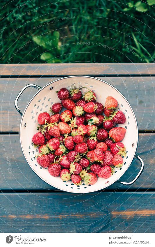 Schüssel mit frischen Erdbeeren besprüht Regentropfen auf Holztisch Frucht Vegetarische Ernährung Schalen & Schüsseln Sommer Tisch Natur lecker natürlich saftig