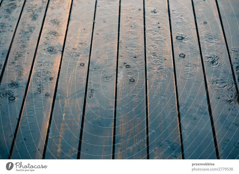 Holzbohlen bei perspektivischem Regen. Sommer Wetter Linie Tropfen nass Perspektive Hintergrund Holzplatte Schiffsplanken Veranda Regentropfen Jahreszeiten