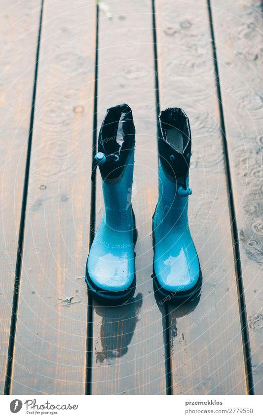 Frau Kind Mensch Mann Sommer grün Freude Erwachsene klein Regen Wetter Schuhe nass niedlich Jahreszeiten kariert