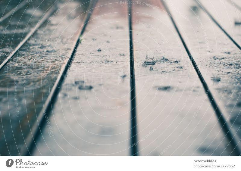 Nahaufnahme von Holzbohlen bei perspektivischem Regen. Sommer Wetter Linie Tropfen nass Perspektive Hintergrund Holzplatte Schiffsplanken Veranda Regentropfen