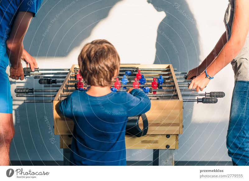Junge Teenager Junge spielt mit einem anderen Spieler Tischfußball. Lifestyle Freude Erholung Freizeit & Hobby Spielen Sommer Sport Fußball Mann Erwachsene
