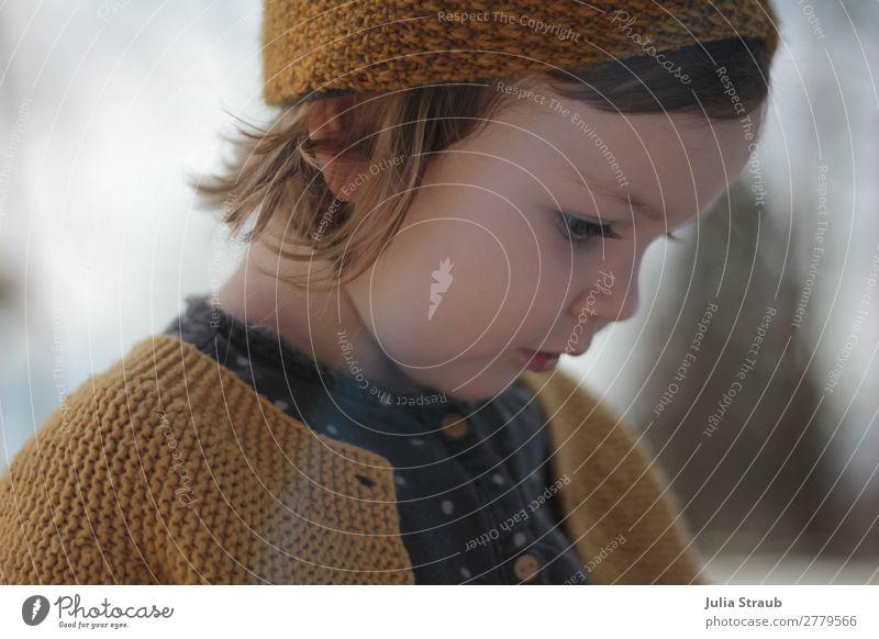 Mädchen Strickjacke beobachten süß feminin Kleinkind 1 Mensch 1-3 Jahre Jacke Bluse gestrickt Stirnband brünett blond kurzhaarig Pony schön gelb grau Vorsicht