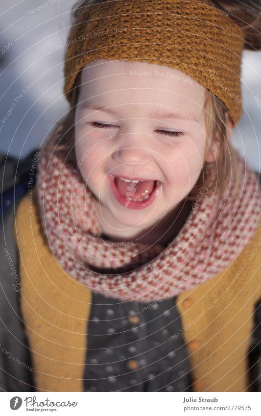 Lachen Mädchen Schnee Stricken feminin Kleinkind 1 Mensch 1-3 Jahre Frühling Winter Schönes Wetter Pullover Jacke Knöpfe gestrickt senfgelb Ocker Schal