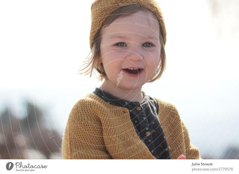 Mädchen Strickjacke Lächeln Fröhlich Mensch schön Sonne Winter gelb Frühling feminin Zufriedenheit frisch blond Kindheit stehen Fröhlichkeit Lebensfreude