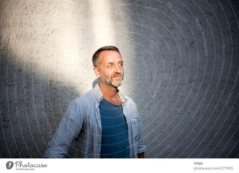 Licht aus, Spot an ! Here he is! Lifestyle Mann Erwachsene Leben Gesicht Männeroberkörper 1 Mensch 30-45 Jahre Mauer Wand Fassade T-Shirt Hemd Bart Vollbart