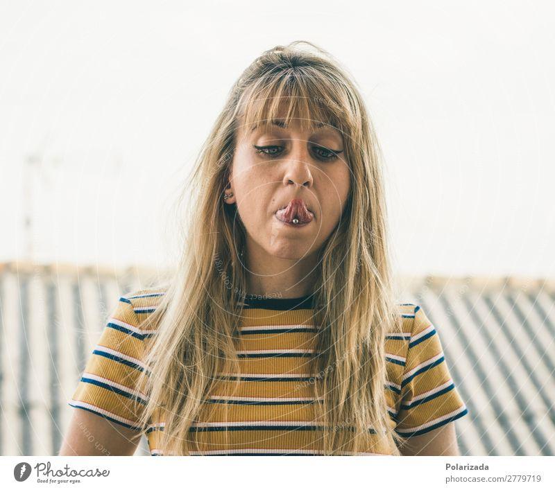 Preciosa chica rubia sacando la lengua y poniéndose bizca y poniéndose. schön Freiheit feminin Junge Frau Jugendliche Erwachsene 1 Mensch 18-30 Jahre