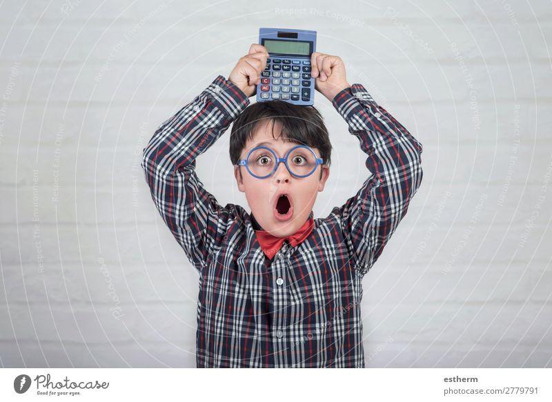 Glücklicher Schüler, der den Taschenrechner über den Kopf stellt. Lifestyle Freude Kind Schule lernen Schulkind Kapitalwirtschaft Technik & Technologie Mensch