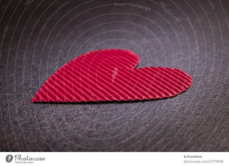 Herz aus Karton Zeichen Liebe dunkel rot Freundschaft Verliebtheit Valentinstag herzförmig verloren liegen einzeln Einsamkeit Gefühle Basteln Freiheit Farbfoto
