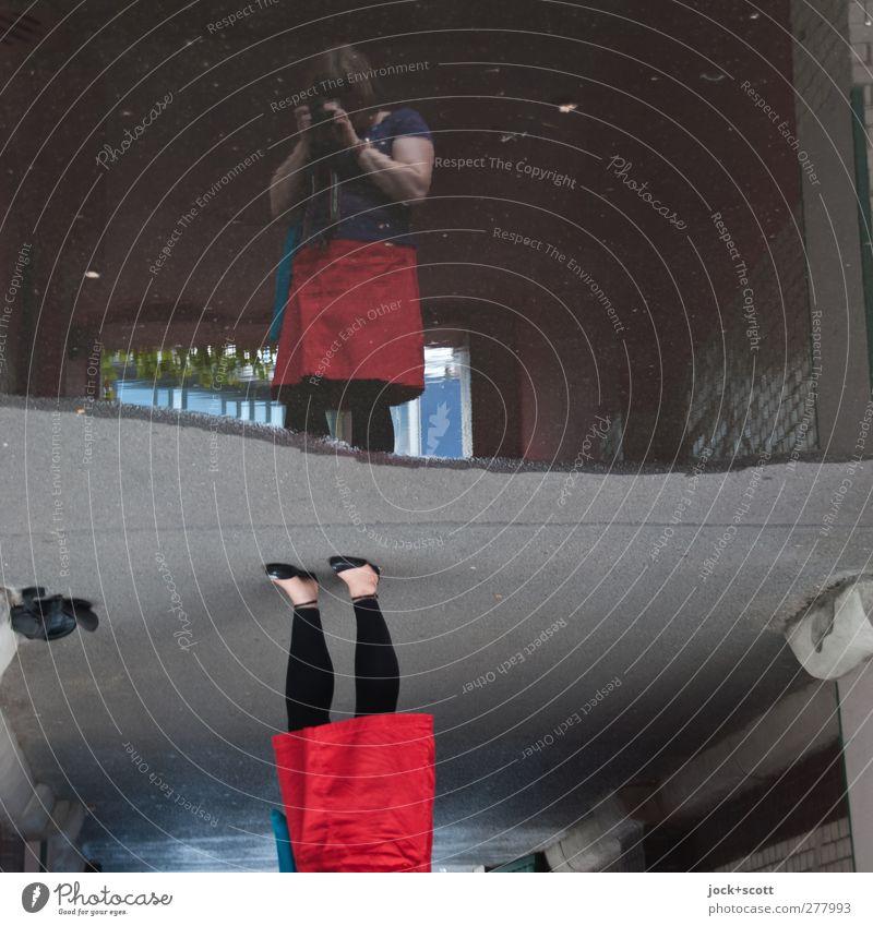 neulich an der großen Pfütze Mensch Frau rot dunkel Erwachsene feminin Beine Fuß hell Freizeit & Hobby stehen Kreativität Kleid Gelassenheit Fotokamera Irritation