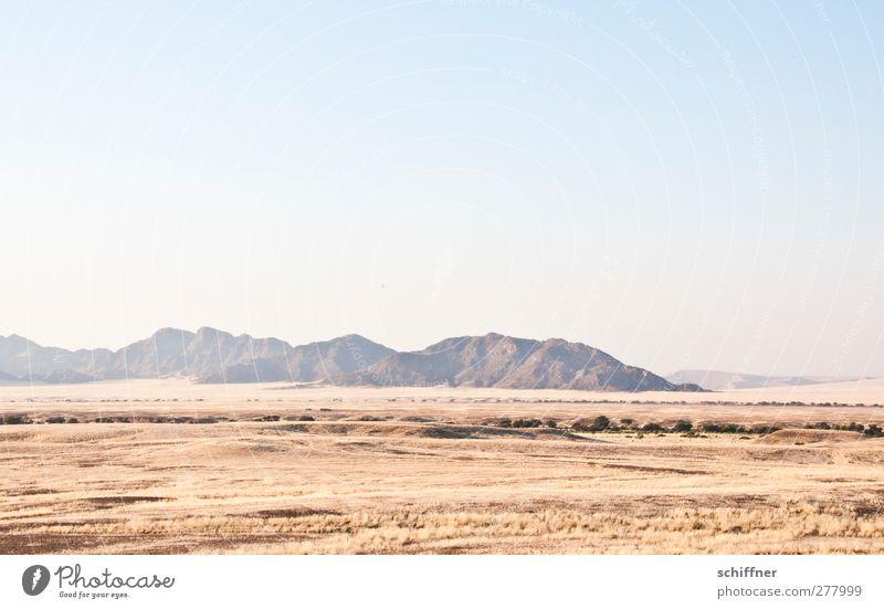 irgendwo dahinten... Umwelt Natur Landschaft Wolkenloser Himmel Berge u. Gebirge Wüste Ferne Steppe Gras Grasland Safari Überblick Trockenfluss Sossusvlei Namib