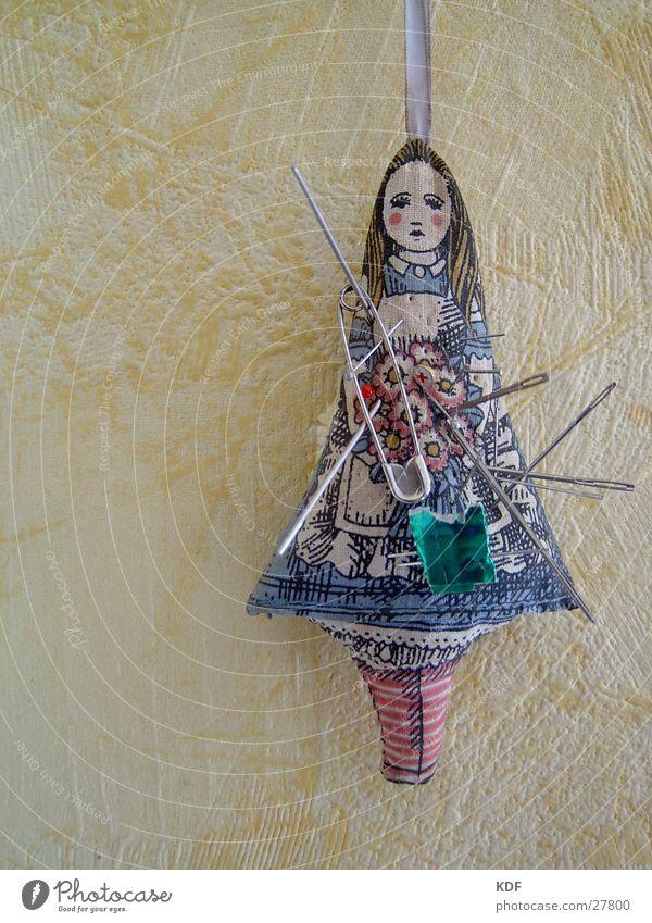 Voodoo bei Oma.......... Traurigkeit Trauer obskur Puppe Nadel Nadelkissen