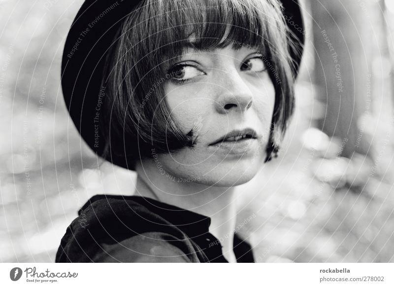 Frau mit Hut feminin Erwachsene 1 Mensch 18-30 Jahre Jugendliche schwarzhaarig brünett kurzhaarig elegant einzigartig Schwarzweißfoto Außenaufnahme