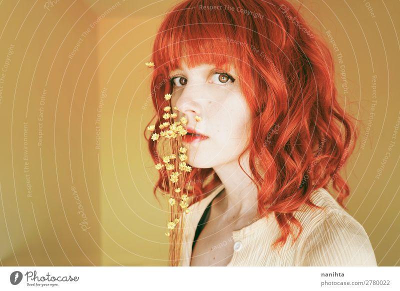 Schöne und zarte rothaarige Frau in einem gelben Raum. Lifestyle elegant Stil schön Haare & Frisuren Gesicht Mensch feminin Junge Frau Jugendliche Erwachsene 1