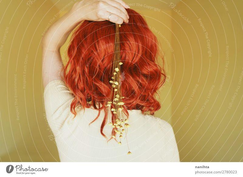 Schöne und zarte rothaarige Frau in einem gelben Raum. Lifestyle Stil Design Haare & Frisuren Mensch feminin Junge Frau Jugendliche Erwachsene 1 18-30 Jahre
