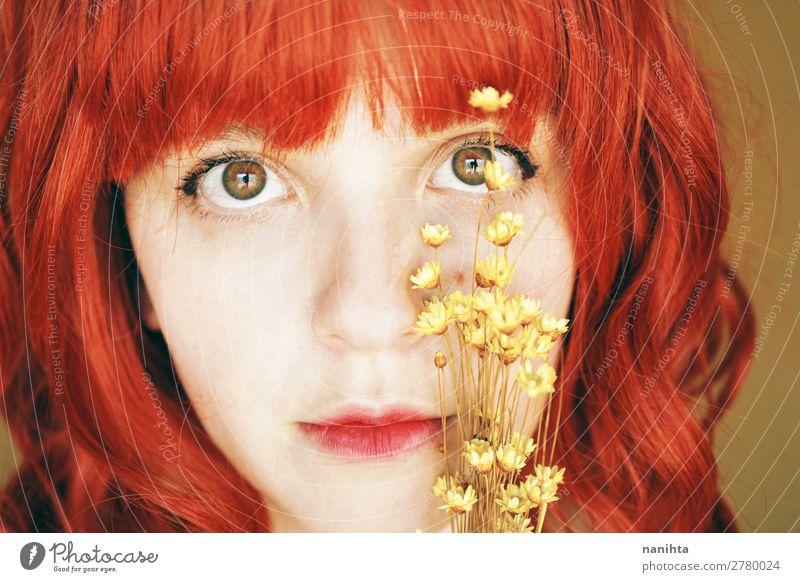 Schöne und zarte rothaarige Frau in einem gelben Raum. Lifestyle Stil schön Haare & Frisuren Haut Gesicht Wellness Mensch feminin Junge Frau Jugendliche