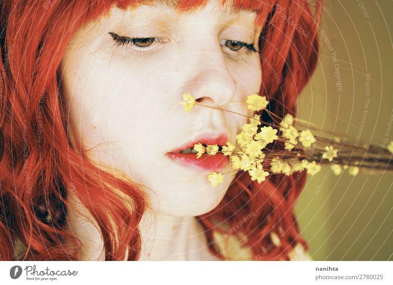 Schöne und zarte rothaarige Frau in einem gelben Raum. Lifestyle Stil schön Haare & Frisuren Gesicht Mensch feminin Junge Frau Jugendliche Erwachsene 1