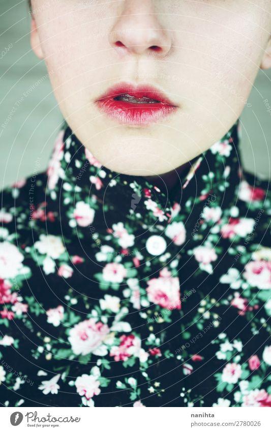 Nahaufnahme eines stimmungsvollen weiblichen Porträts elegant Stil Design schön Haut Gesicht Kosmetik Schminke Lippenstift Mensch feminin androgyn Junge Frau