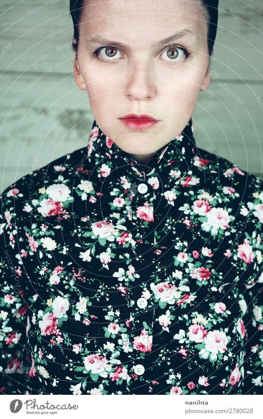 Nahaufnahme eines stimmungsvollen weiblichen Porträts elegant Stil schön Haut Gesicht Kosmetik Schminke Mensch feminin Junge Frau Jugendliche Erwachsene Mund 1