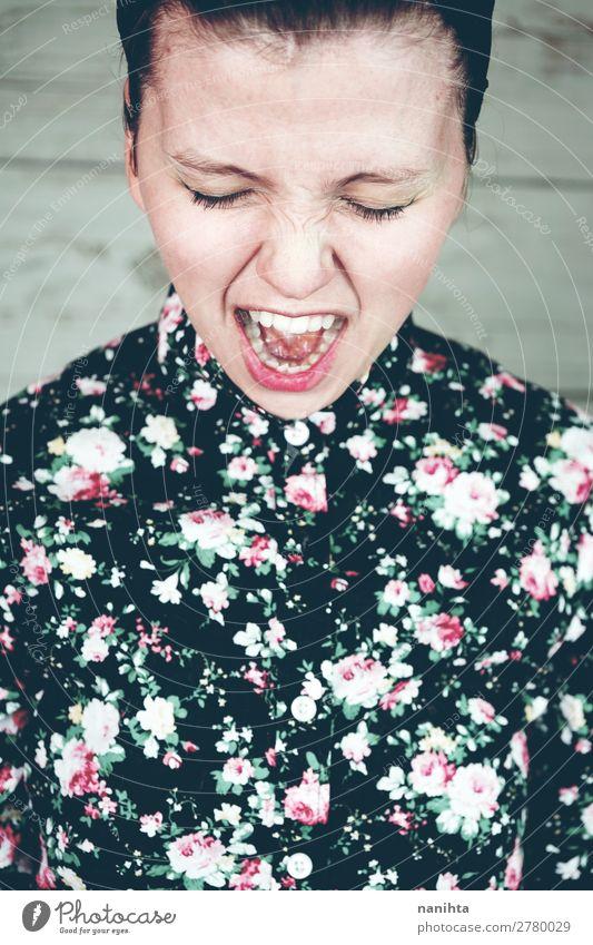 Nahaufnahme eines stimmungsvollen weiblichen Porträts elegant Stil Design schön Haut Gesicht Kosmetik Schminke Mensch feminin Junge Frau Jugendliche Erwachsene