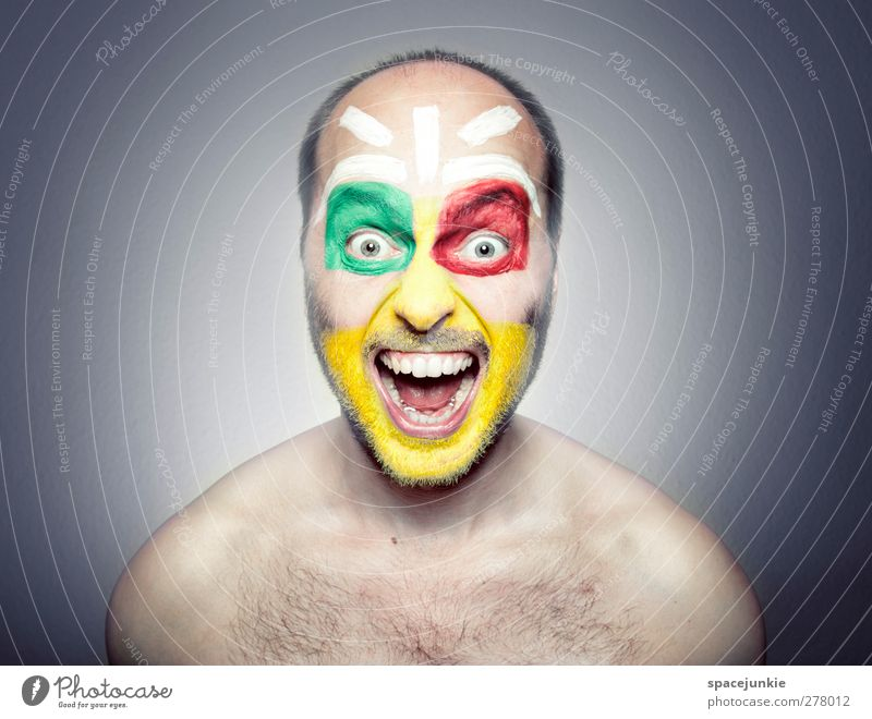African shout Mensch Mann Jugendliche blau rot Erwachsene Gefühle Farbstoff Junger Mann maskulin verrückt Maske gruselig skurril schreien Schminke