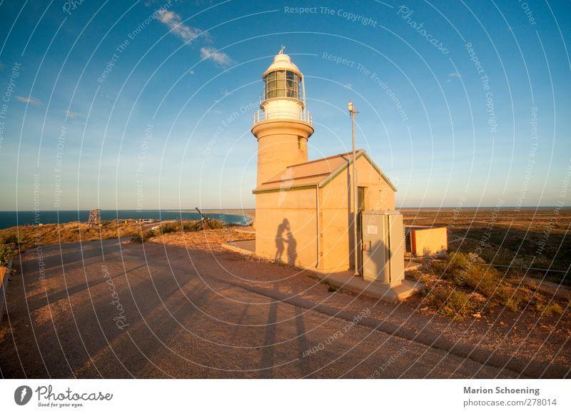 Leuchtturm Freiheit Sommerurlaub Sonne Hügel Felsen Küste berühren braun gelb authentisch skurril Australien Lighthouse Sonnenuntergang Schattenspiel Farbfoto