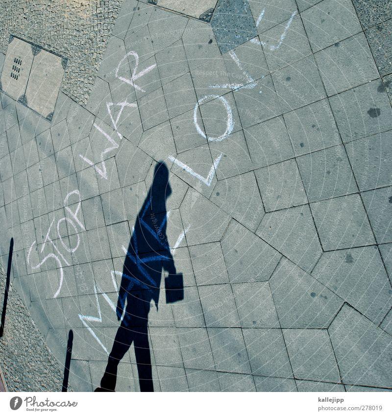 friedensmarsch Mensch Erwachsene Liebe Graffiti 45-60 Jahre Frieden Bürgersteig Krieg Kreide Politik & Staat Fußgänger Handtasche