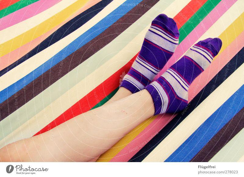 Gestreifter Hängemattensommertagtraum Mensch Kind Erholung Glück Fuß liegen Linie frisch Fröhlichkeit Streifen genießen violett positiv Strümpfe gestreift parallel