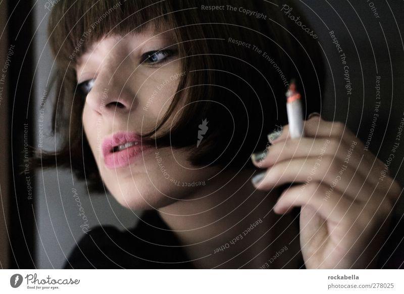 observation. feminin Frau Erwachsene 1 Mensch 18-30 Jahre Jugendliche schwarzhaarig brünett kurzhaarig Pony Rauchen ästhetisch elegant einzigartig Farbfoto