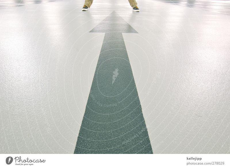 lichtschranke Mensch Beine Fuß 1 Verkehr Verkehrswege Zeichen Pfeil stehen Parkhaus Richtung Orientierung Navigation Ziel Zielgruppe Bodenbelag Farbfoto