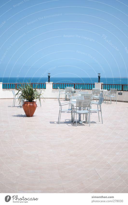 auszeit Ferne Freiheit Sommer Sommerurlaub Meer Terrasse Ordnung Totale Gartenmöbel Menschenleer Textfreiraum oben Textfreiraum unten Horizont