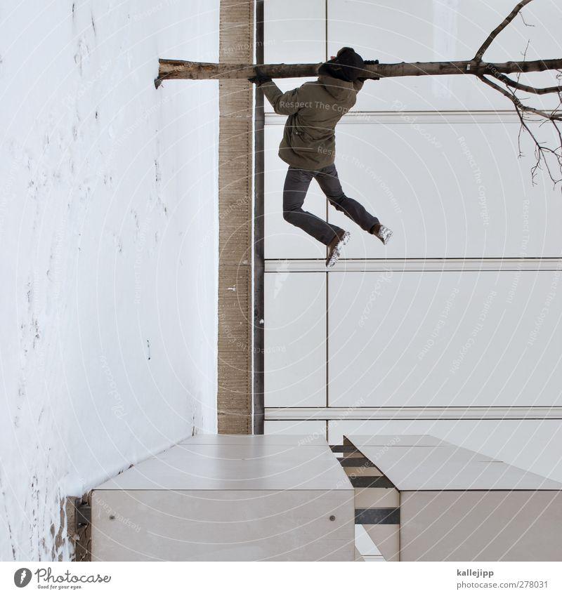 winterreste Mensch Haus Winter springen festhalten Mütze Baumstamm hängen verdreht Kontrast