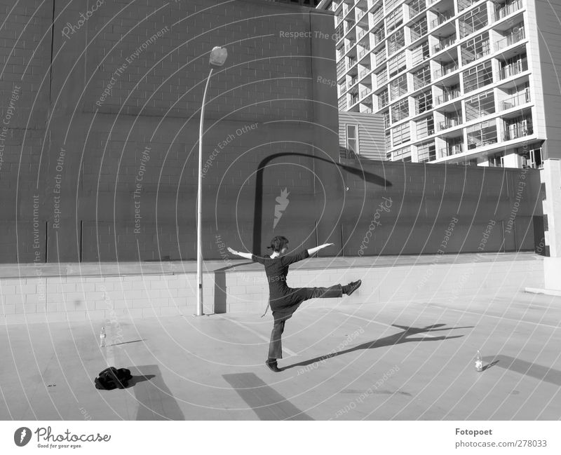 Verbeugung Tanzen feminin Junge Frau Jugendliche 1 Mensch 18-30 Jahre Erwachsene Hochhaus Fassade Bewegung positiv grau schwarz Freude Fröhlichkeit Lebensfreude
