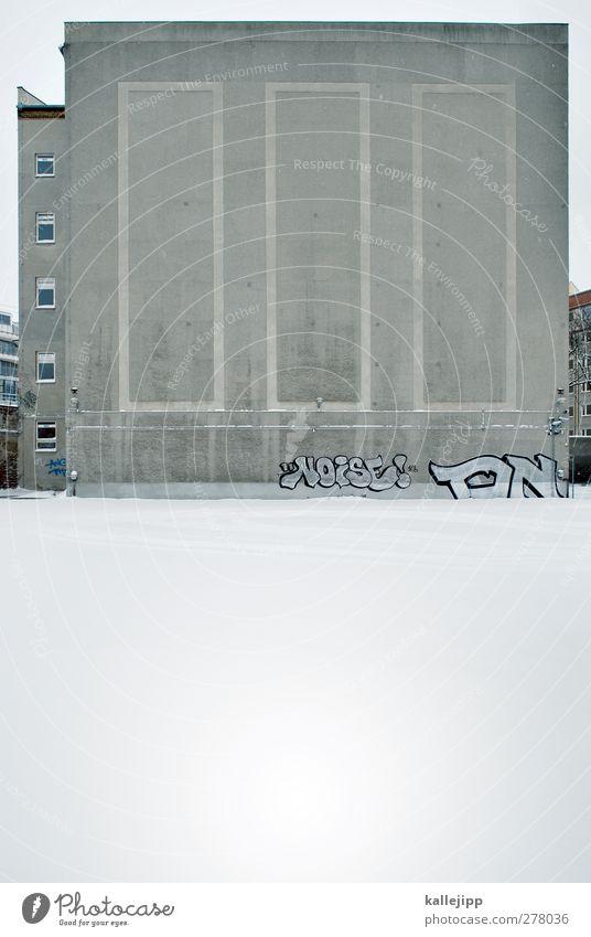 no noise Haus Mauer Wand weiß Winter Graffiti Brandmauer Berlin Farbfoto Gedeckte Farben Außenaufnahme Blitzlichtaufnahme Licht Schatten Kontrast