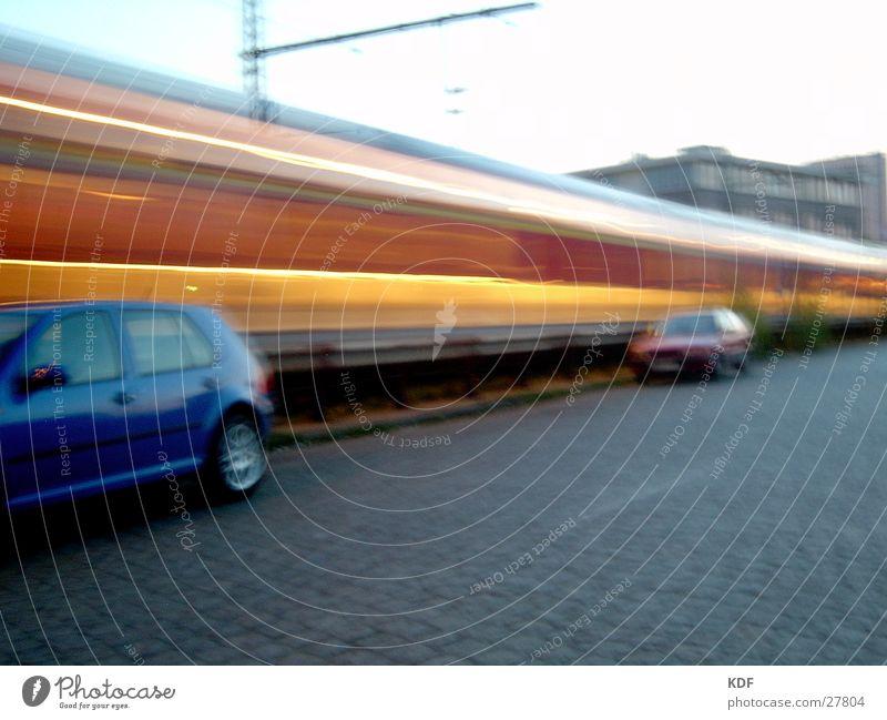 Bewegung Langzeitbelichtung Eisenbahn Bremen Licht gelb rot Platz Abend PKW Deutschland Himmel DB KDF Bahnhof