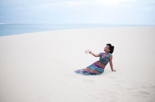 sand Ferien & Urlaub & Reisen Abenteuer Ferne Freiheit Safari Expedition Sommer Sommerurlaub Sonne Strand Meer Insel feminin Junge Frau Jugendliche 1 Mensch