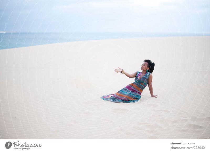 sand Mensch Natur Jugendliche Wasser Ferien & Urlaub & Reisen Sommer Sonne Meer Strand Landschaft Ferne Umwelt feminin Junge Frau Freiheit Sand