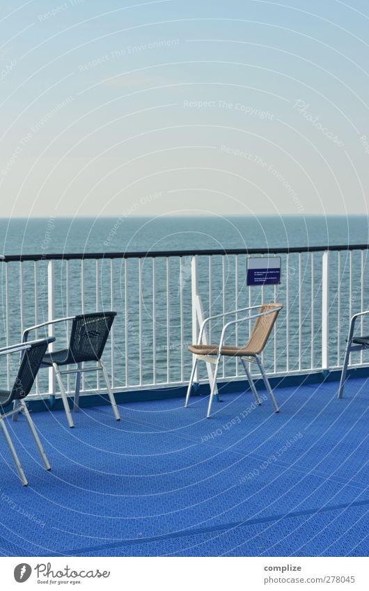 Oberdeck Schifffahrt Kreuzfahrt Bootsfahrt Passagierschiff Kreuzfahrtschiff Dampfschiff sitzen blau Idylle Meer Stuhl Sitzgelegenheit Reling Schiffsdeck