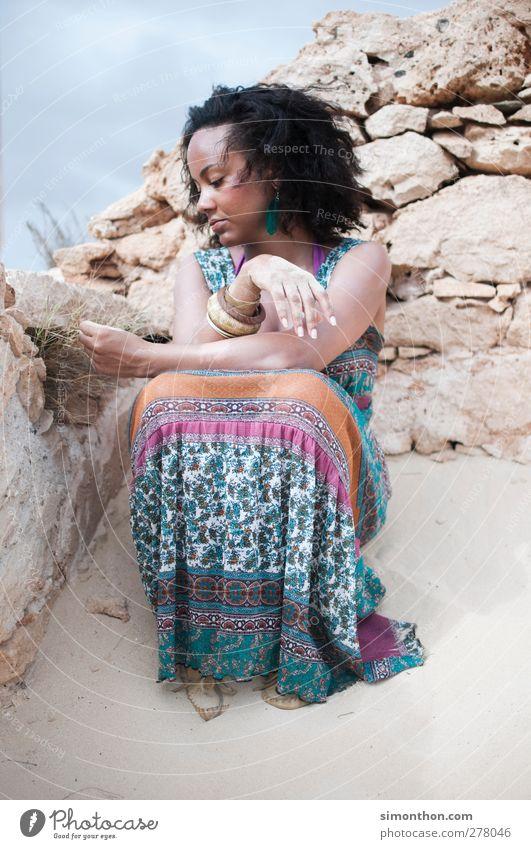 afrika Mensch Frau Ferien & Urlaub & Reisen schön Sommer Sonne Einsamkeit Ferne Umwelt feminin Sand Tourismus Abenteuer Schönes Wetter Kleid Kultur
