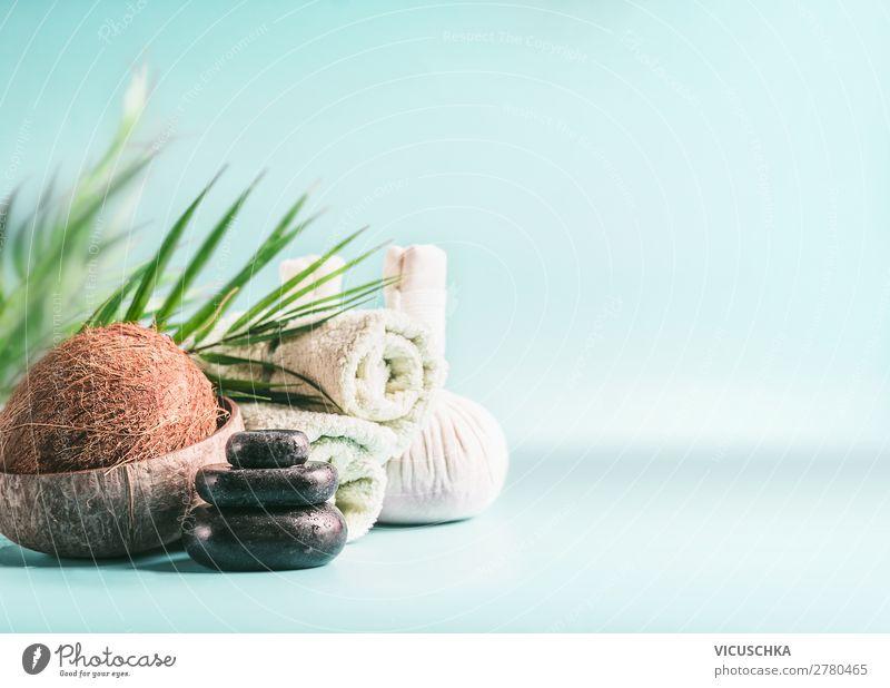 Modernes Spa Set mit Kokosnuss- und Palmblättern Lifestyle Design schön Körperpflege Kosmetik Gesundheit Wellness Wohlgefühl Erholung Massage Wohnzimmer Natur