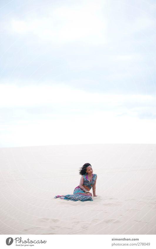 wüste Mensch Natur Ferien & Urlaub & Reisen Sommer Sonne Meer Strand Einsamkeit Wolken Landschaft Ferne Umwelt feminin Wärme Freiheit Sand