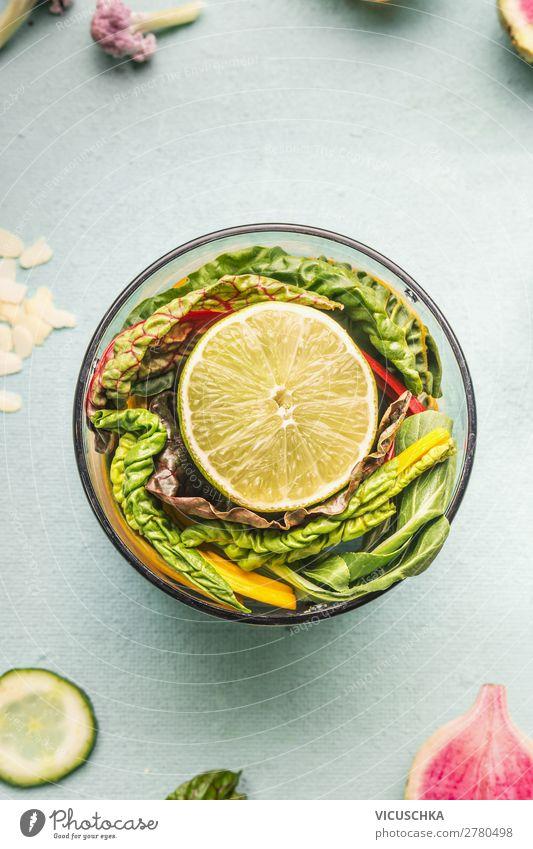 Gesunde Smoothie Zutaten im Mixer Lebensmittel Gemüse Frucht Apfel Orange Ernährung Bioprodukte Vegetarische Ernährung Diät Getränk Geschirr Design Gesundheit